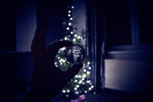 Vánoční stromeček ve skleněné kouli